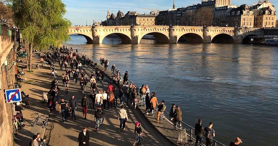 Le dimanche 15 mars, de nombreux Français sont sortis en famille pour profiter du soleil en dépit des appels à rester chez soi. Quais de Seine, Paris. Aurore MESENGE / AFP